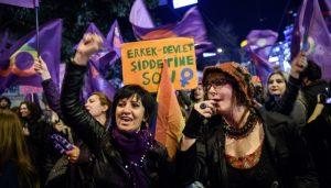 """Жени, протестиращи срещу убийствата и насилието на жени в Турция, площад """"Истиклял"""""""