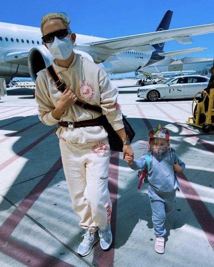Холивудската актриса Кейт Хъдзън на летище в Гърция с дъщеря си. Източник: Инстаграм